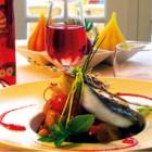 Dos de morue fraîche cuite sur sa peau ragoût de grenailles de l'île de Ré, tomates confites et jus de veau à la sauge.